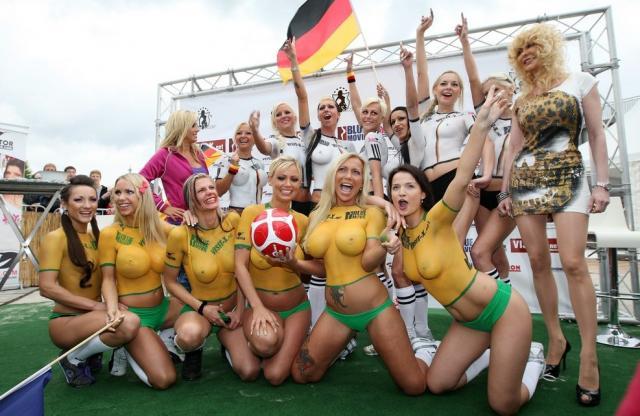 девушки играют футбол голые фото