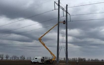 Укрэнерго: в районе Каховки рухнула опора ЛЭП Каховка-Титан