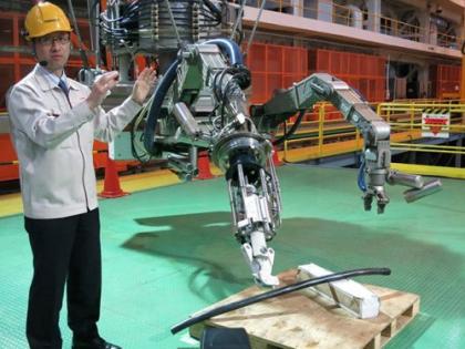 Компания Toshiba готовит своего робота-пловца к погружению в бассейн реактора станции Фукусима