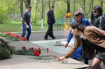 С Днем Победы! Сотрудники Орловского кабельного завода возложили цветы к памятнику танкистам