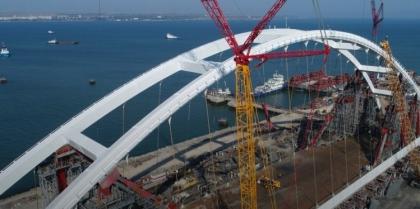 Автодорожную арку Крымского моста передвигают к пирсам