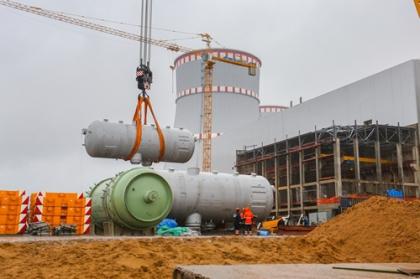На втором энергоблоке строящейся ЛАЭС смонтирован один из четырех парогенераторов