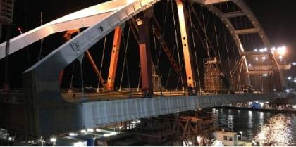 Автодорожную арку Крымского моста доставили в створ между фарватерными опорами