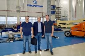 Посещение партнером в Казахстане испытательного центра завода «Изолятор», слева направо: Дмитрий Иванов, Нурлан Сарбалин и Максим Осипов