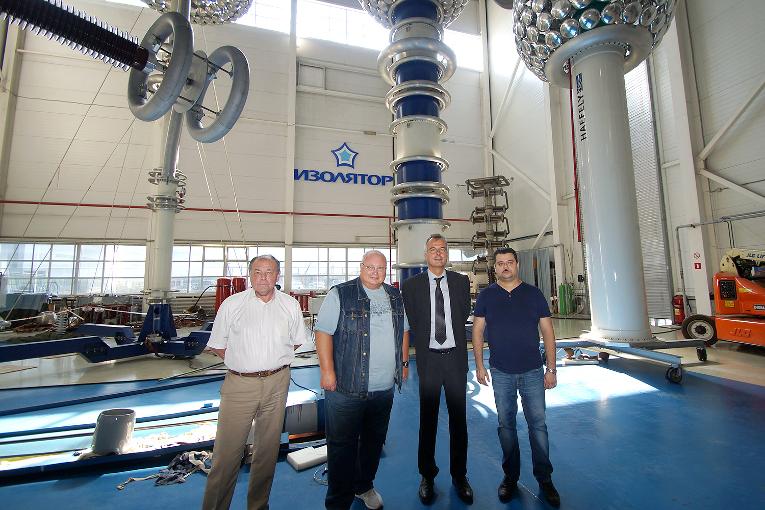 Посещение испытательного центра завода «Изолятор» представителями компании Haefely Test AG, слева направо: Владимир Устинов, Андрей Демидов, Питер Шикарски и Дмитрий Иванов