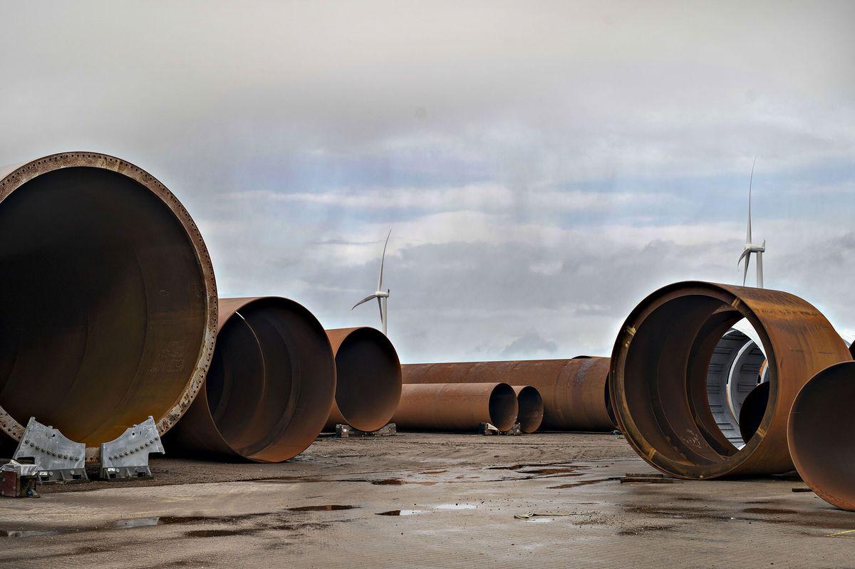 Секции турбинных башен во дворе завода