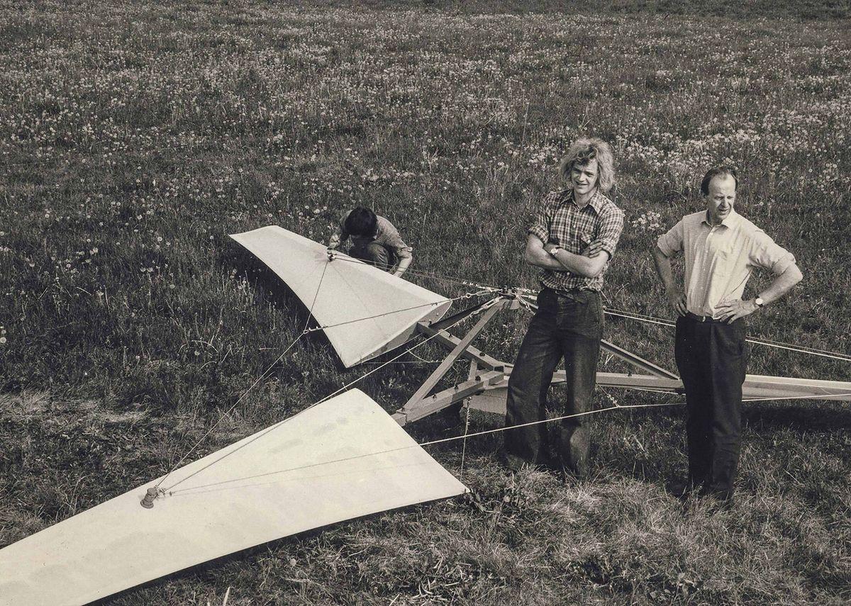 Хенрик Стисдал (в центре) стоит со своим отцом (справа) во время строительства первой ветряной турбины в Дании