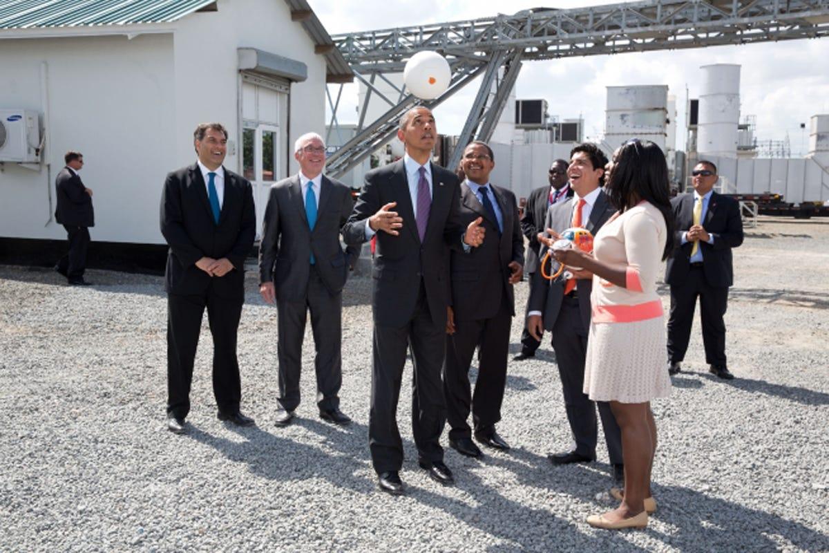 Президент США Барак Обама подбрасывает футбольный мяч в воздух на электростанции Убонго в Дар-эс-Саламе (Танзания, 2 Июля 2013 г.)
