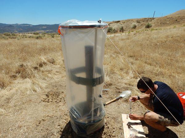 Лебель измеряет выбросы метана из заброшенной скважины близ Пайцинса, штат Калифорния