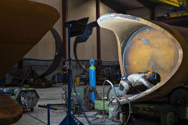 Сотрудник Welcon работает внутри секции турбинной башни