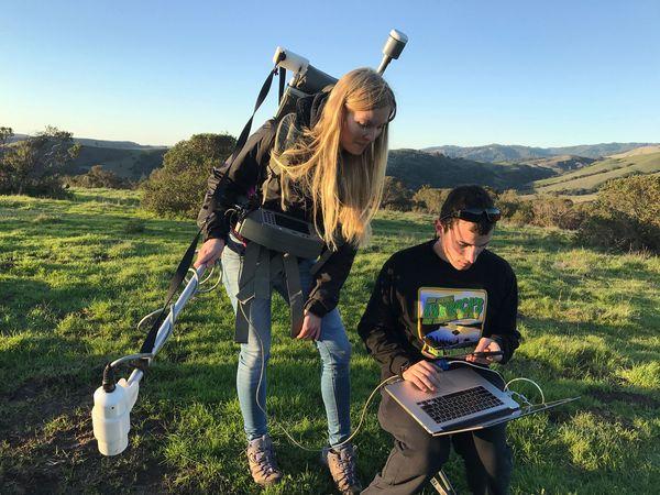 Лебель и Лиза Вьельштедте используют магнитометр, чтобы найти заброшенные нефтяные и газовые скважины, закопанные недалеко от Ла-Хонды, штат Калифорния