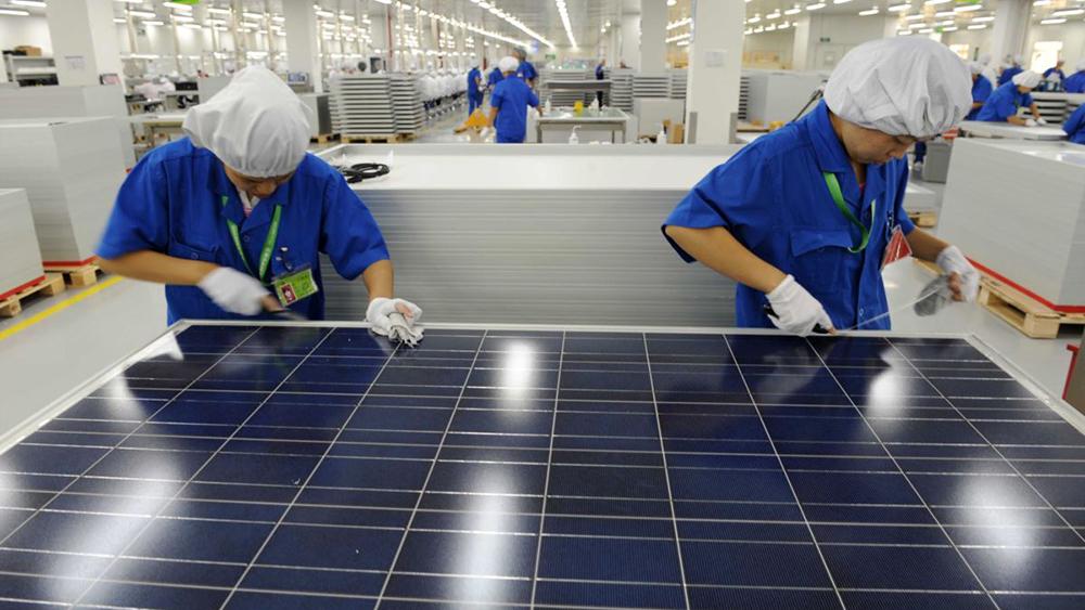 Рабочие на заводе китайского производителя солнечных батарей в Ханчжоу, Китай