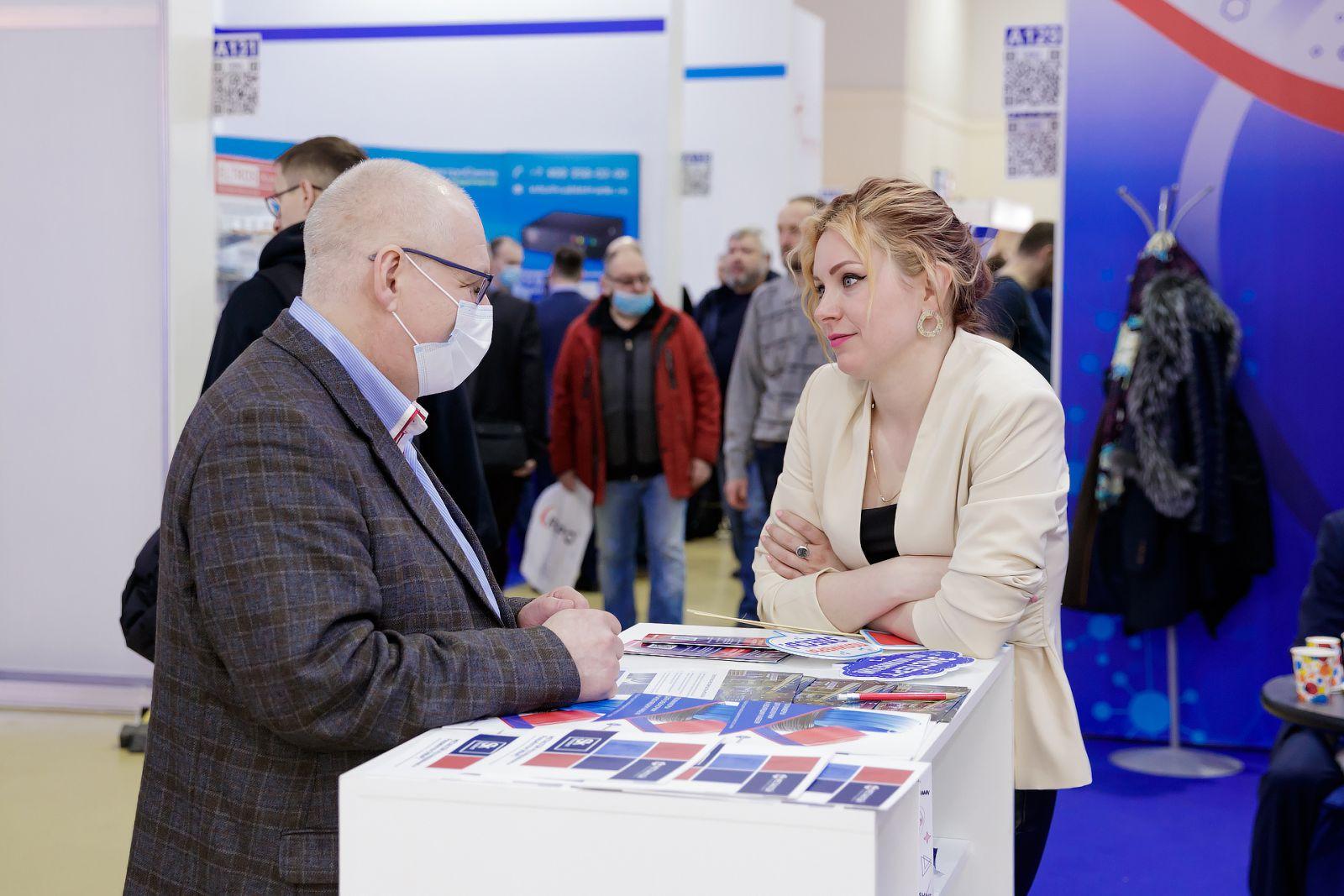 Дарья Тимофеева общается с посетителем выставки Cabex 2021